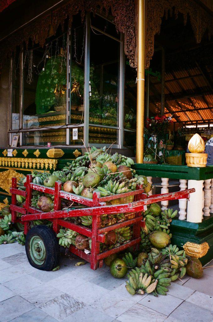 寺裡的水果車